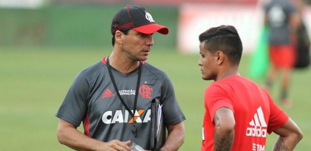 Zé Ricardo conversa com Éverton em treinamento do Flamengo
