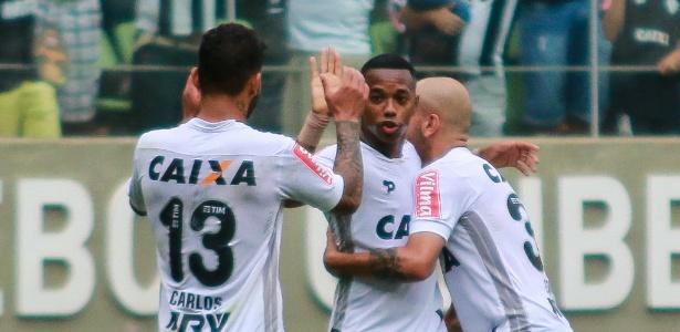 Robinho comemora o gol da vitória do Atlético-MG sobre o Atlético-PR, o último dos 19 que fez no ano