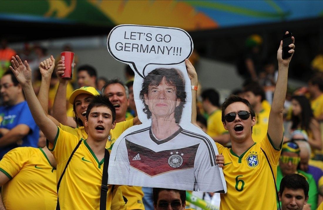 Torcedores exibem foto de Mick Jagger como torcedor da Alemanha no 7 a 1, na Copa do Mundo de 2014