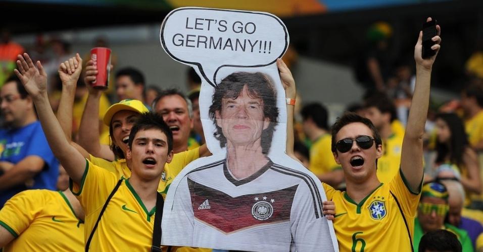 Torcedores exibem foto de Mick Jagger como torcedor da Alemanha no 7 a 1 7935bddb8ab63