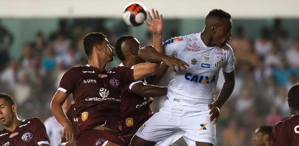 Zagueiro Cleber Reis mal estreou pelo Santos e já foi expulso