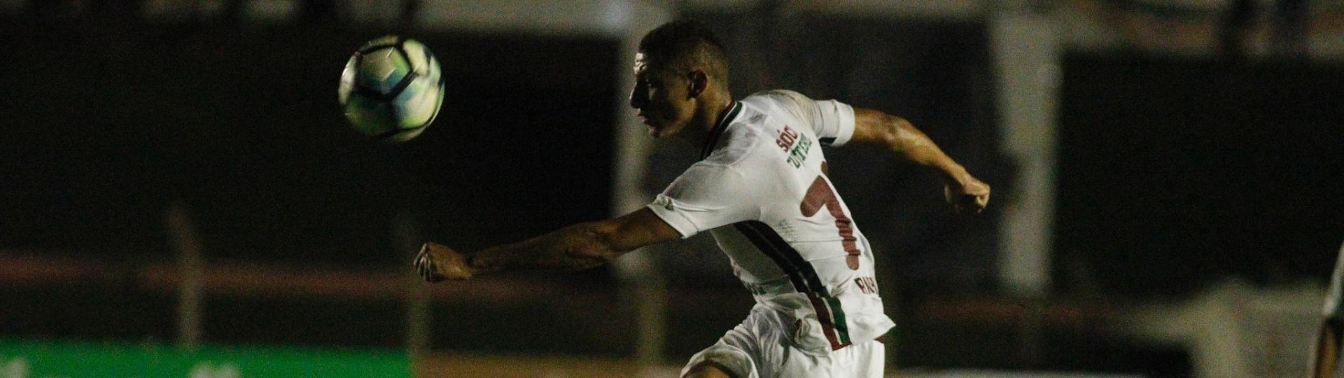 Richarlison tenta armar jogada para o Fluminense diante do Sinop