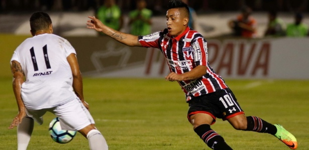 Cueva, do São Paulo, tenta passar por Felipe Guedes, do ABC, pela Copa do Brasil, em Natal