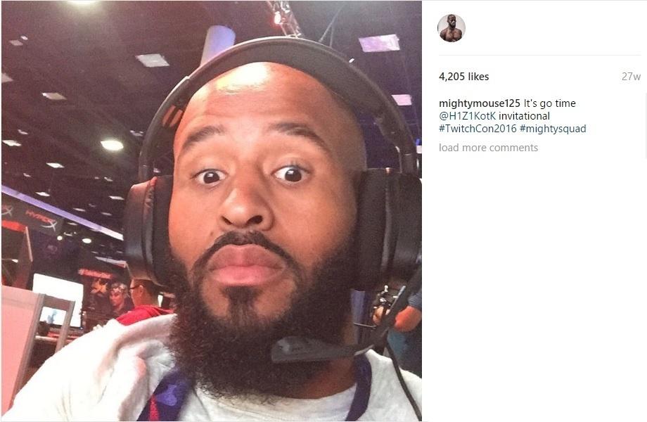 Demetrious Johnson, campeão do UFC, jogando videogame