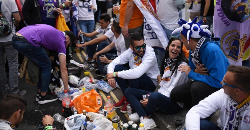 Torcedores do Real Madrid fazem lanche nas ruas de Cardiff antes da final da Liga dos Campeões