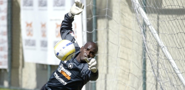 Goleiro Max durante treino pelo Botafogo em 2006