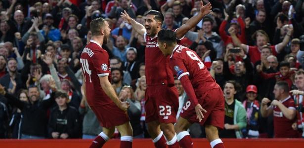 Jogadores do Liverpool comemoram gol com Emre Can (ao centro)