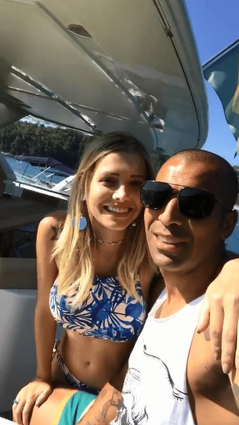 Emerson Sheik e a namorada Andressa Quintanilha em iate