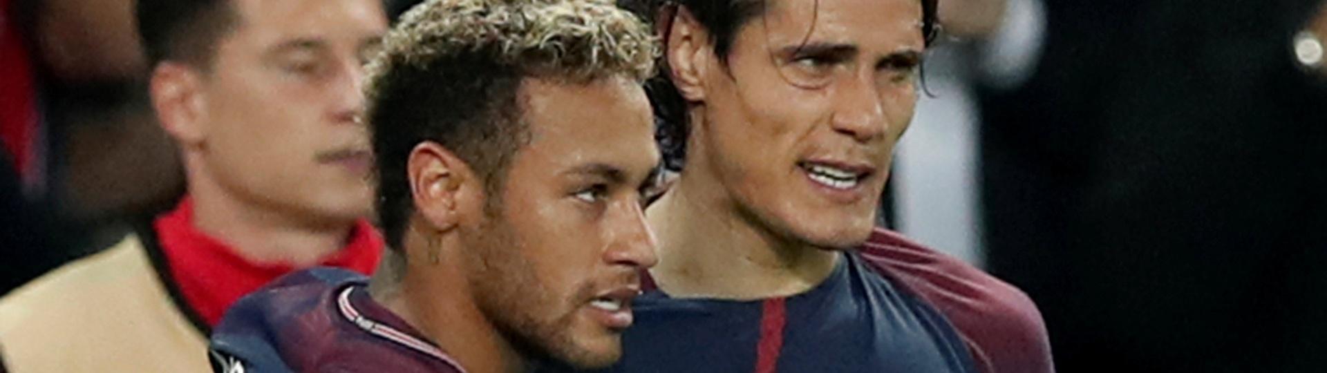 Cavani abraça Neymar na comemoração do gol do brasileiro