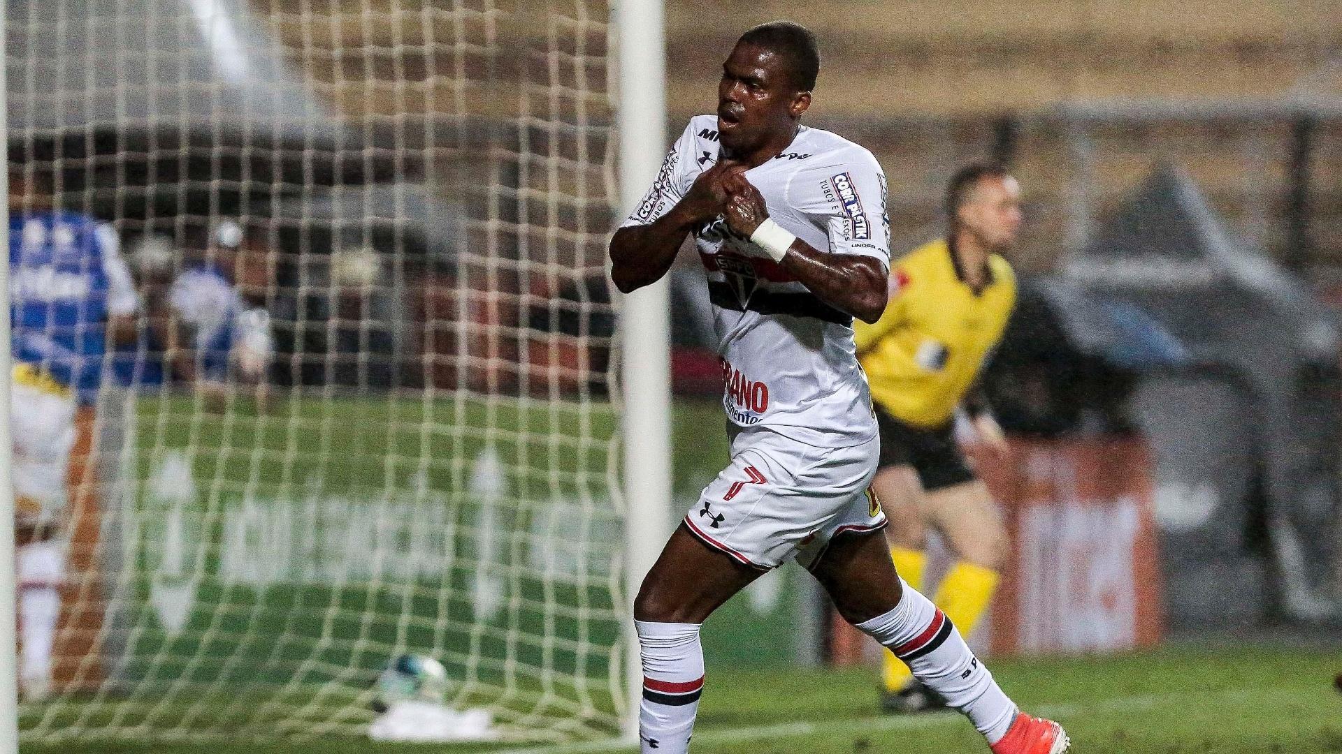 Maicosuel comemora o gol que deu a vitória ao São Paulo sobre o Atlético-PR
