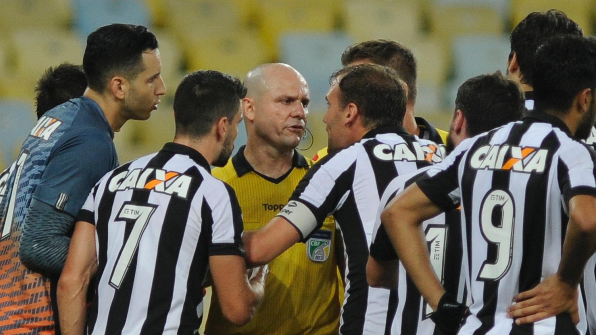 Time do Botafogo cerca o árbitro Vinicius Gonçalves Dias Araújo