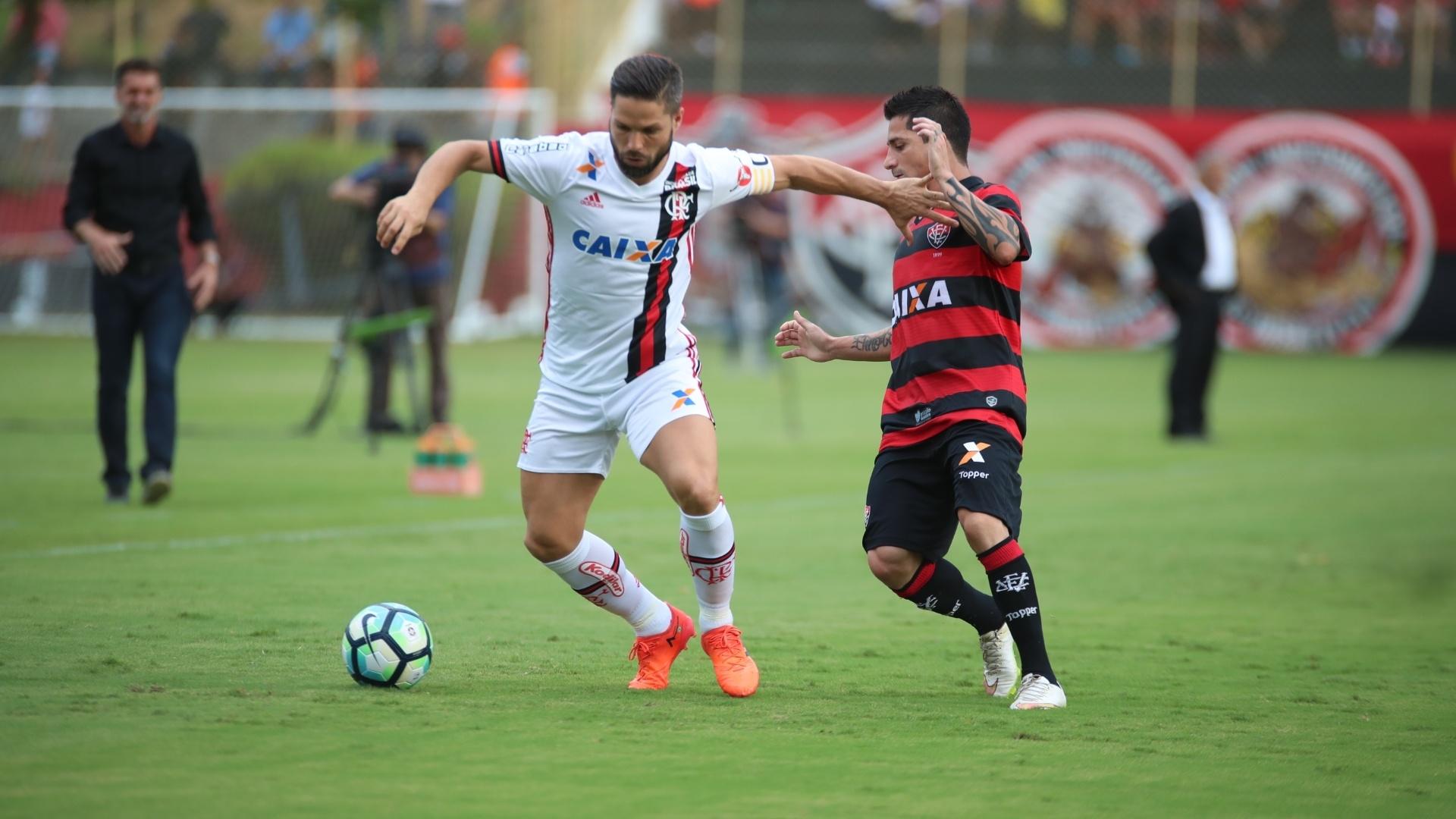 Diego e Danilinho disputam lance durante jogo entre Vitória e Flamengo