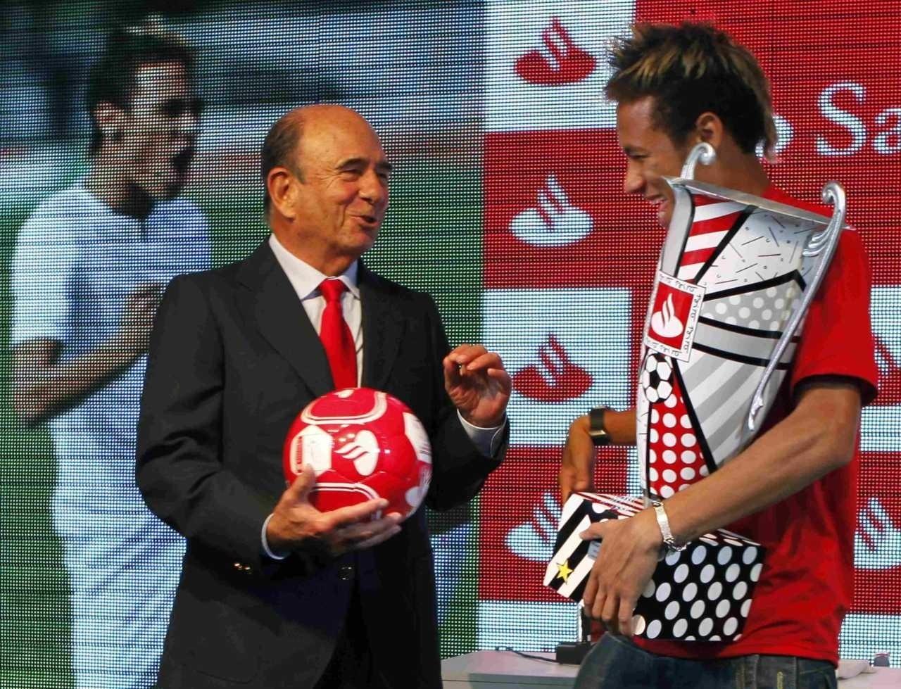 Neymar, então atacante do Santos, recebe o prêmio de melhor jogador da Libertadores de 2011, que ele venceu com a equipe da Vila Belmiro