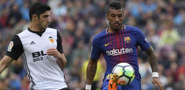Paulinho em ação pelo Barcelona durante jogo contra o Valencia