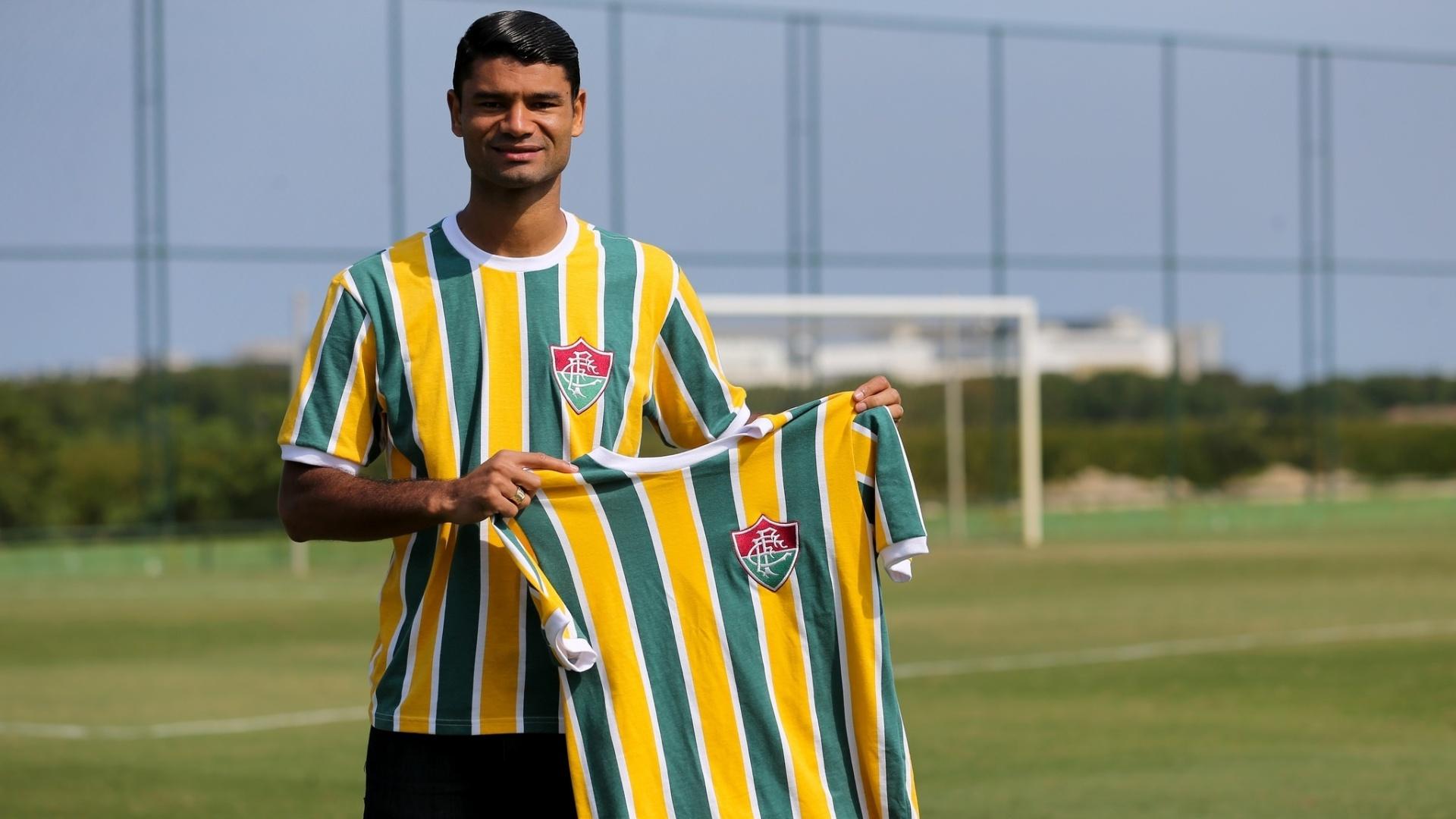 O zagueiro Gum apresenta a camisa especial do Fluminense para a Copa do Mundo