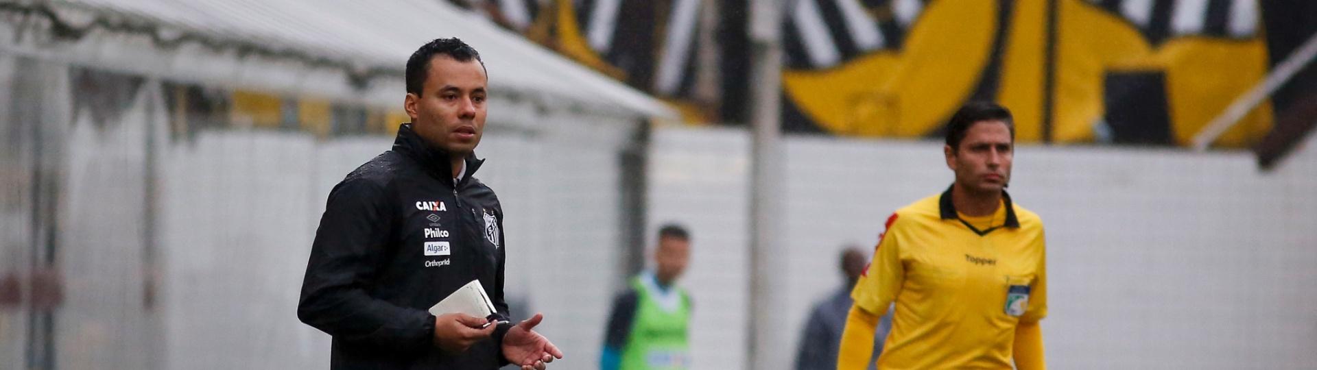 O técnico Jair Ventura orienta os jogadores do Santos contra o Vitória