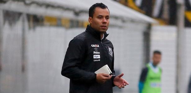 o tecnico jair ventura orienta os jogadores do santos contra o vitoria 1528058049357 615x300 - Santos goleia o Vitória na Vila Belmiro