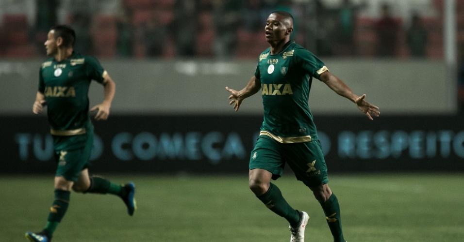 Juninho comemora gol do América-MG diante do Internacional em jogo no Independência pelo Campeonato Brasileiro 2018