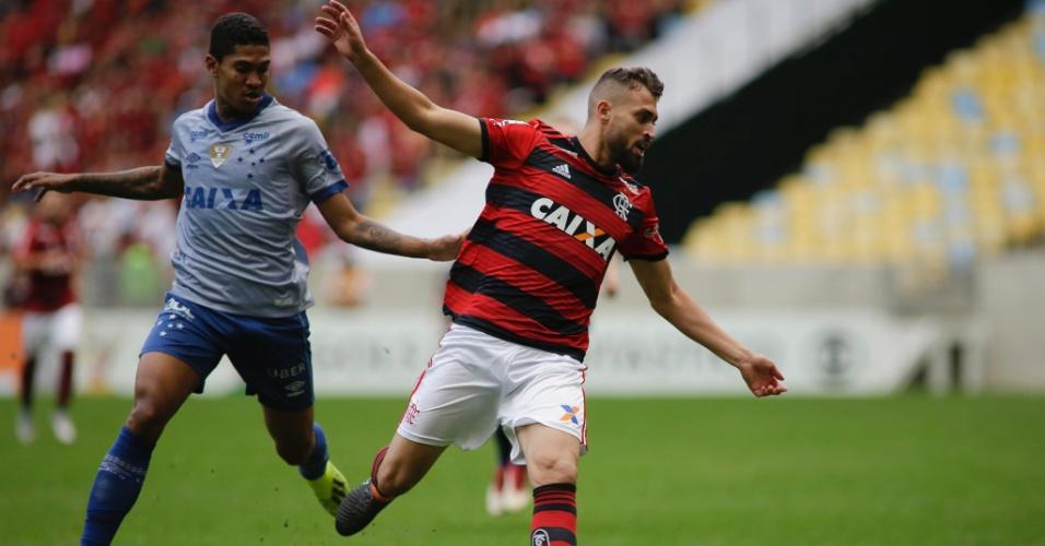 Léo Duarte domina a bola durante Flamengo x Cruzeiro pelo Brasileirão