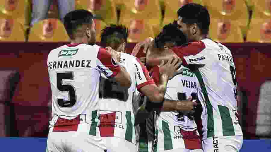 Jogadores do Palestino comemoram gol contra o Independiente Medellín - JOAQUIN SARMIENTO / AFP