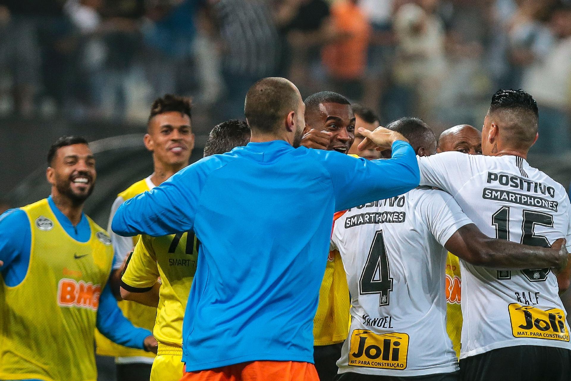 53c5a857ea Manoel comemora com companheiros de Corinthians o gol marcado contra o São  Paulo