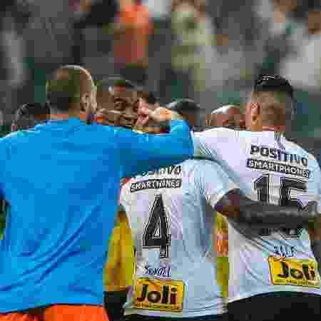 Manoel comemora com companheiros de Corinthians o gol marcado contra o São Paulo - Ale Cabral/AGIF