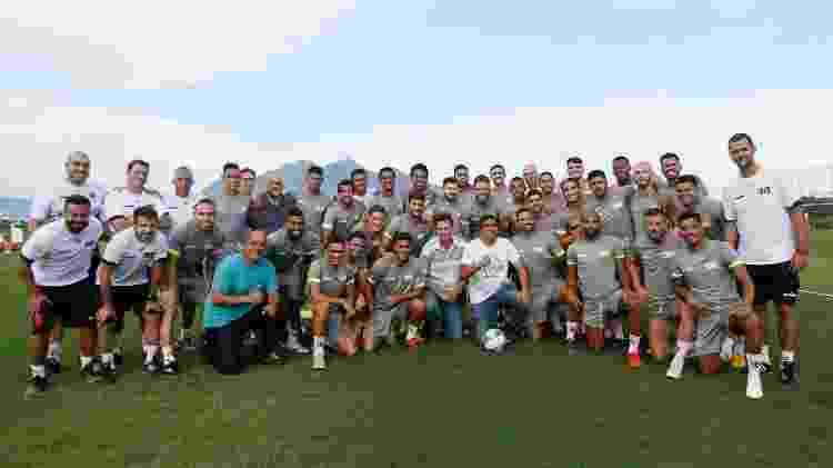 Deputado federal Cabo Daciolo, ao centro e de camisa branca, posa para foto junto com os jogadores do Vasco - Rafael Ribeiro/Vasco