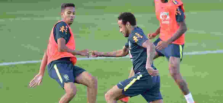 Weverton (e) deu rolinho em Neymar (d) e chamou a atenção em treino da seleção brasileira na Granja Comary - Thiago Ribeiro/AGIF