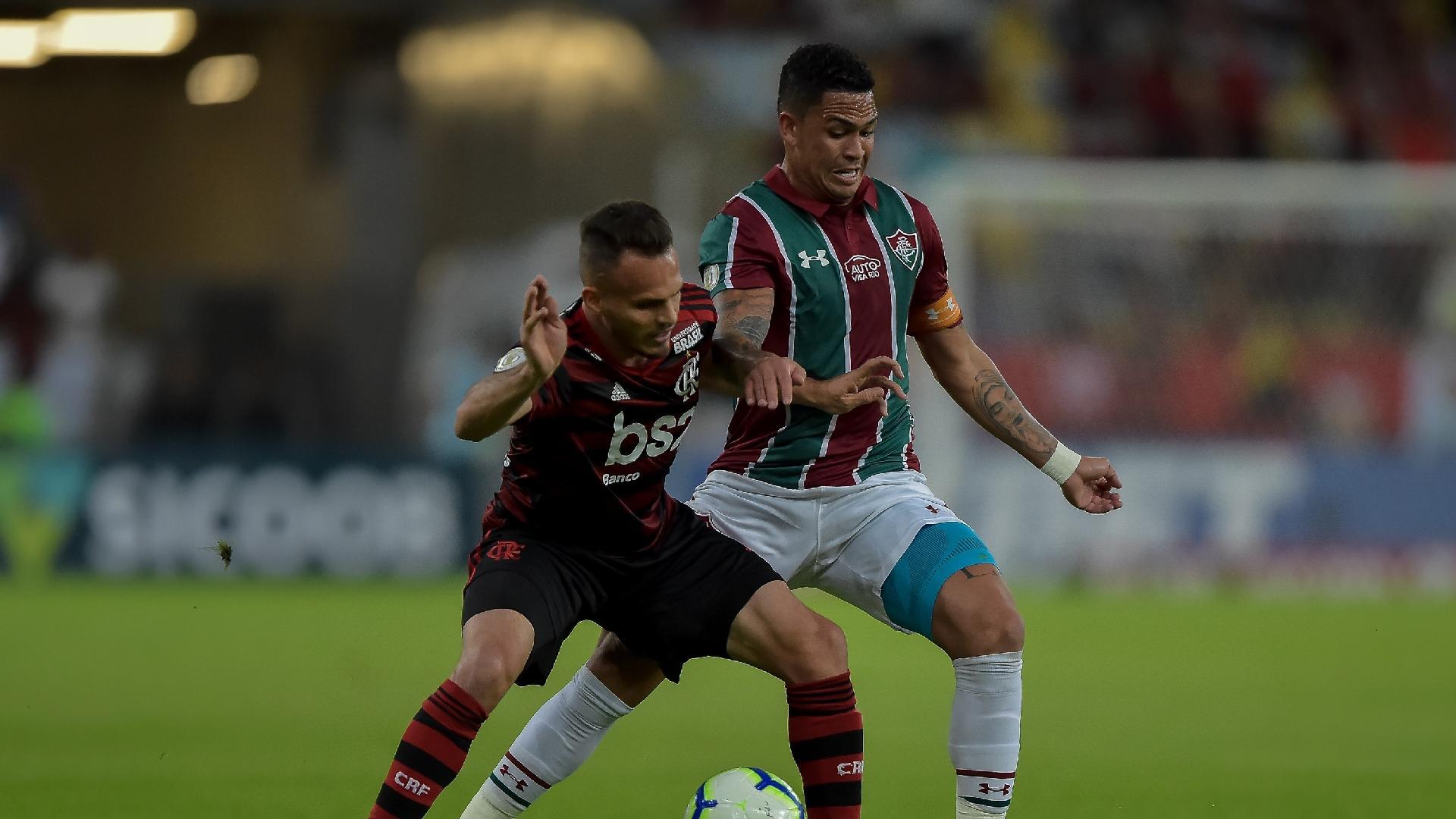 Luciano, do Fluminense, disputa bola com Renê, do Flamengo