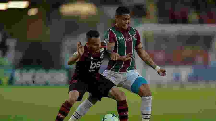 Luciano, do Fluminense, disputa bola com Renê, do Flamengo - Thiago Ribeiro/AGIF