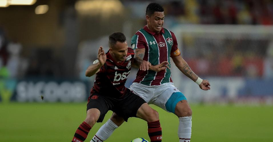 Luciano, do Fluminense, disputa bola com Renê, do Flamengo