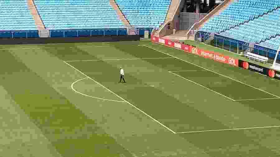 Tite caminha pelo gramado da Arena do Grêmio em segunda vistoria - Jeremias Wernek/UOL