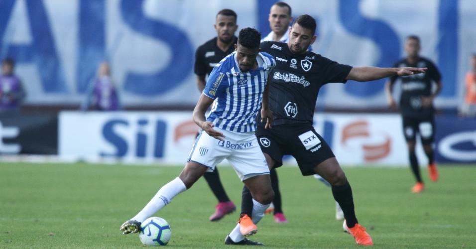 Betão, do Avaí, disputa a bola com Diego Souza, do Botafogo