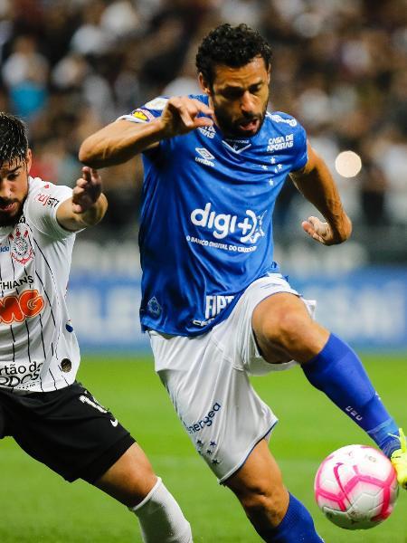 Bruno Mendez, do Corinthians, em disputa de bola com Fred, do Cruzeiro, durante partida válida pela 27ª rodada do Brasileirão - Daniel Vorley/AGIF