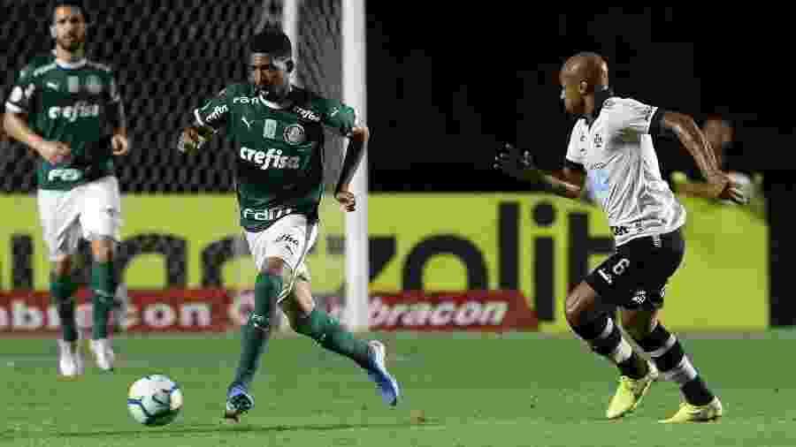 Matheus Fernandes escapa da marcação de Fellipe Bastos na partida entre Palmeiras e Vasco pelo Campeonato Brasileiro - Cesar Greco/Palmeiras