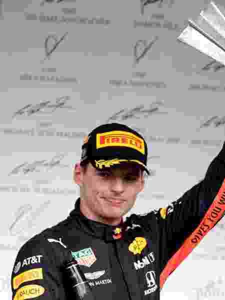 Max Verstappen (Red Bull) com o troféu da vitória no Grande Prêmio do Brasil de 2019 - Amanda Perobelli/Reuters
