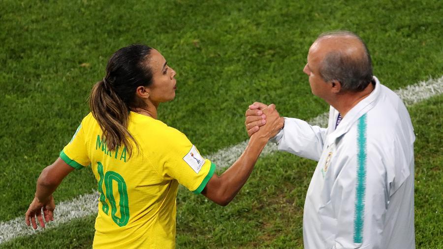 Marta cumprimenta Vadão durante jogo entre Brasil e Itália pela Copa do Mundo de futebol feminino - Richard Sellers/PA Images via Getty Images