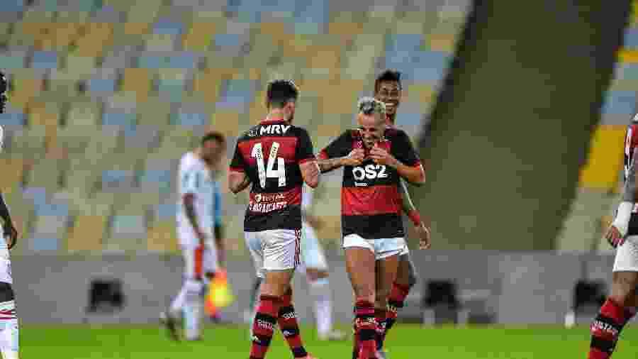 Arrascaeta comemora com jogadores do Flamengo gol na partida contra o Bangu no Maracanã - Thiago Ribeiro/AGIF
