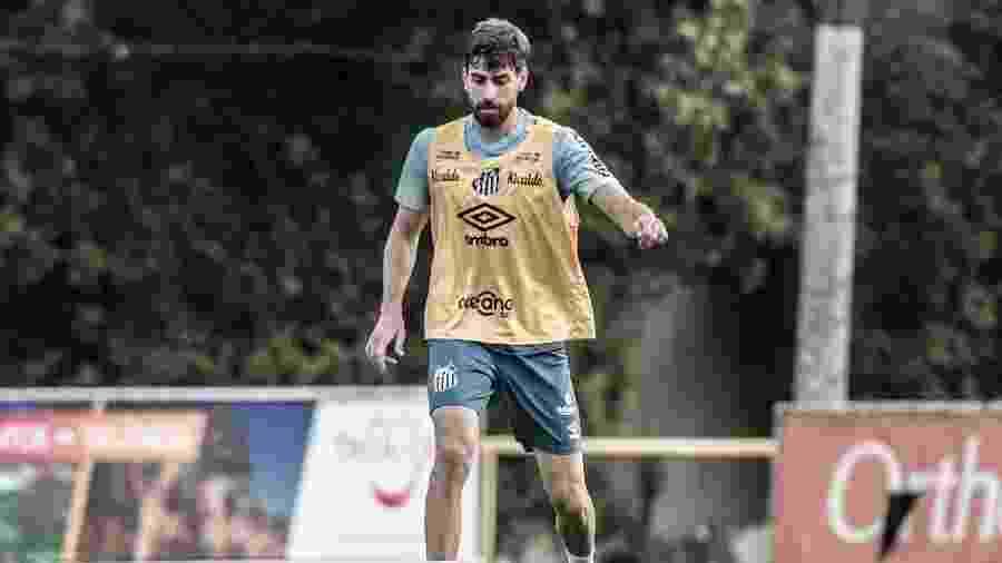 Luan Peres carrega bola durante treino do Santos no CT Rei Pelé - Ivan Storti/Santos FC