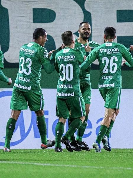 Jogadores da Chapecoense comemoram gol contra o Avaí em duelo das quartas de final do Campeonato Catarinense de 2020 - Márcio Cunha/ACF