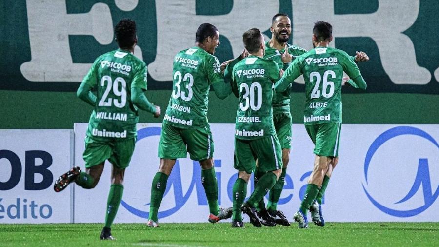 Jogadores da Chapecoense comemoram gol contra o Avaí no primeiro duelo das quartas do Catarinense - Márcio Cunha/ACF