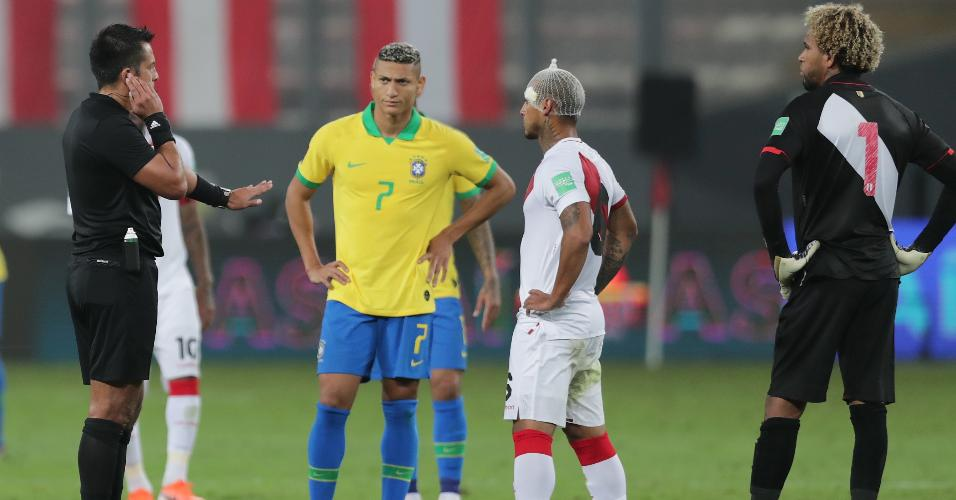 Árbitro Julio Bascuñán aguarda auxílio do VAR para confirmar o segundo gol do Brasil contra o Peru