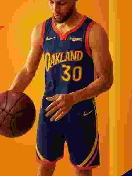 Stephen Curry veste novo uniforme do Golden State Warriors - Divulgação/Golden State Warriors