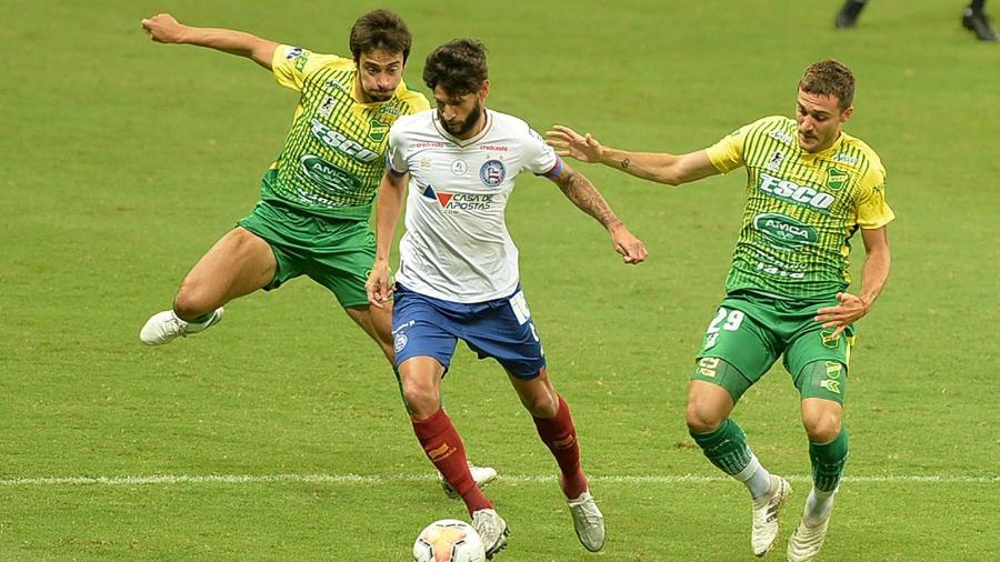 Lateral Juninho Capixaba tenta fugir da marcação dupla durante partida na Arena Fonte Nova - Walmir Cirne/AGIF