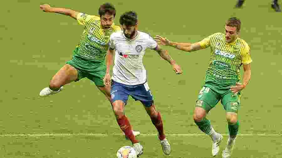 Juninho Capixaba tenta fugir da marcação dupla durante Bahia x Defensa y Justicia pela Sul-Americana 2020 - Walmir Cirne/AGIF