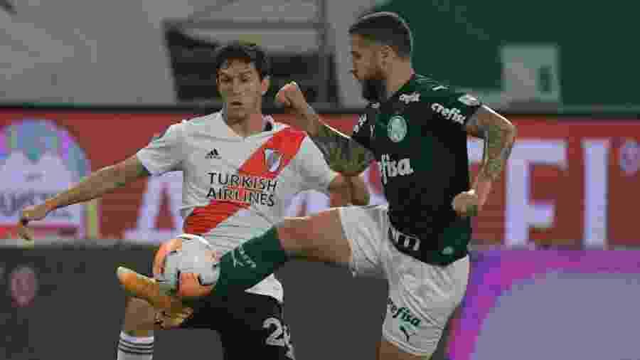 Zé Rafael e Ignacio Fernandez disputam bola durante Palmeiras x River Plate pela Copa Libertadores 2020 - NELSON ALMEIDA / POOL / AFP