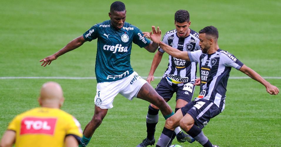 Patrick de Paula, volante do Palmeiras, disputa a bola na partida contra o Botafogo, pelo Brasileirão
