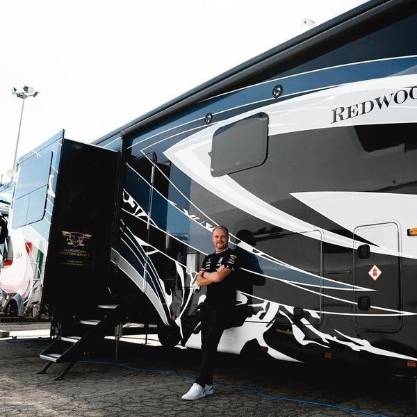 Piloto de Fórmula 1 pela Mercedes, Valteri Bottas compra motorhome de luxo com espaços incríveis