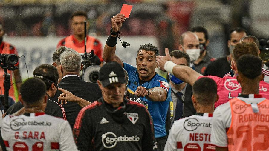 Confusão no Maracanã resulta na expulsão de Alejandro Kohan, preparador do São Paulo (ao centro) - Marcello Dias/DiaEsportivo/Estadão Conteúdo