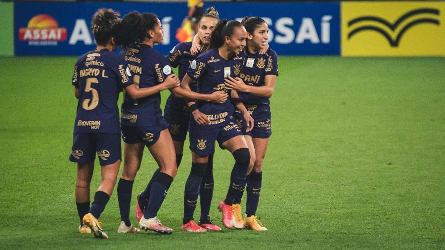 Jogadoras do Corinthians comemoram o segundo gol na final contra o Palmeiras, marcado por Adriana - WILLIAM ANACLETO/ISHOOT/ESTADÃO CONTEÚDO